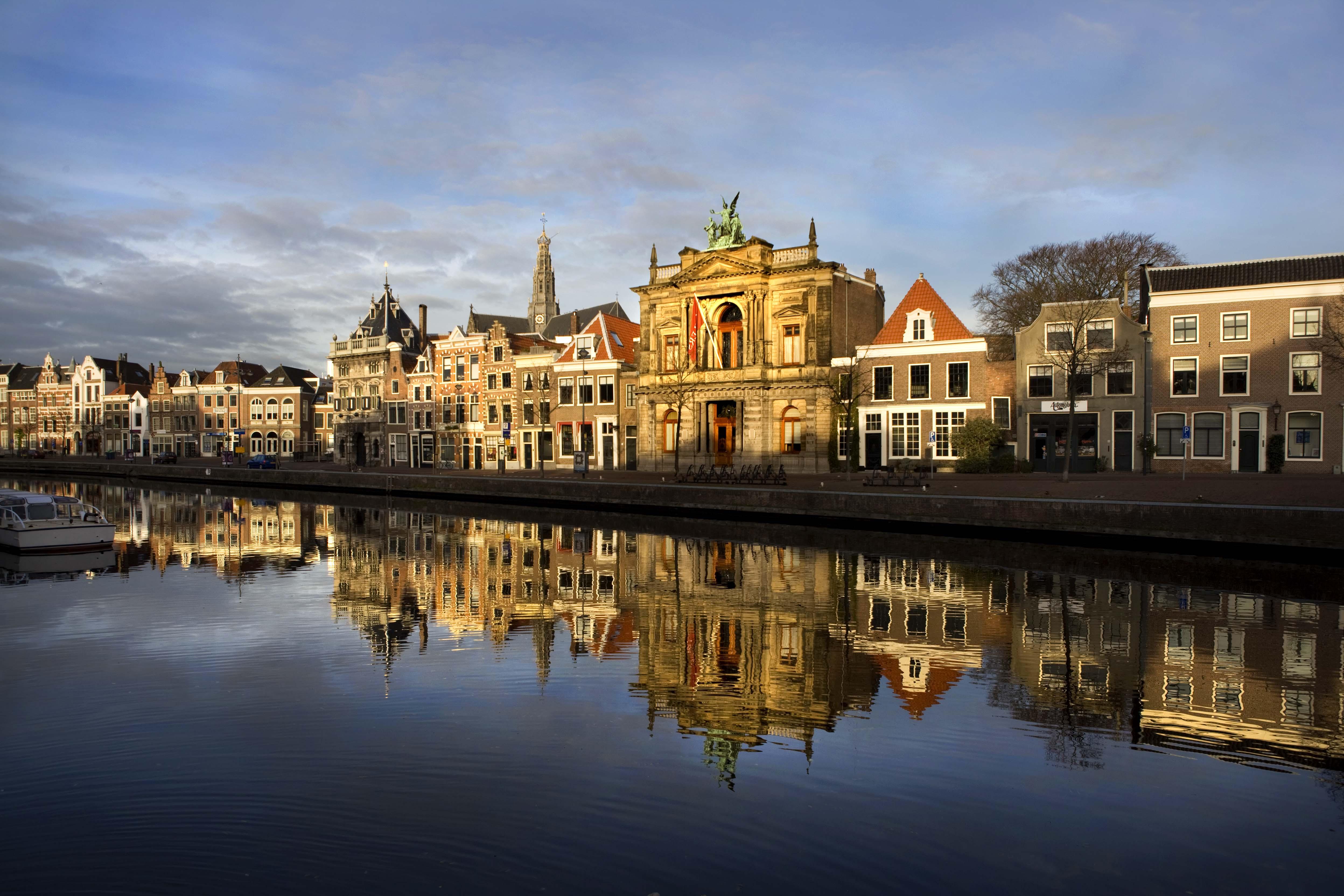 a solo quince minutos de amsterdam encontrars haarlem con su atractivo paisaje urbano es una de las ciudades ms bellas antiguas de los pases bajos