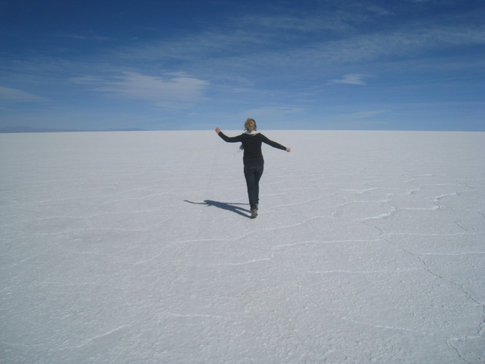 El salar de Uyuni es el mayor desierto de sal continuo del mundo, con una superficie de 12 000 km².