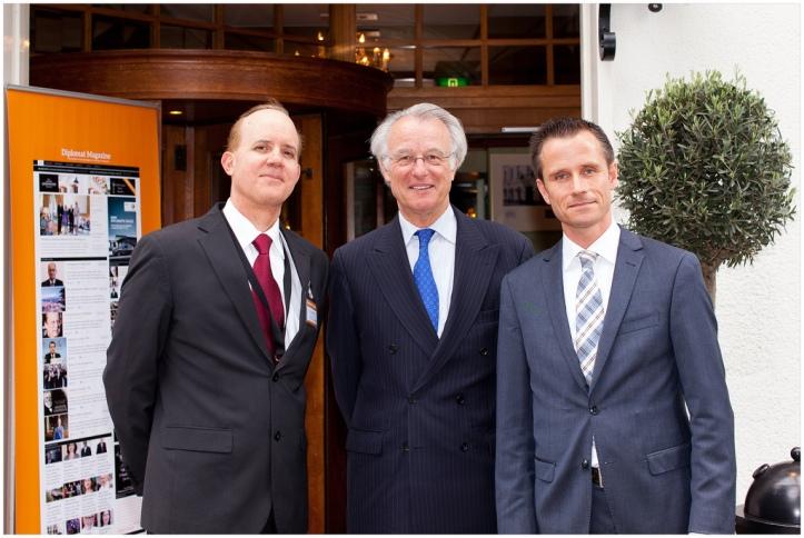 El diplomático dominicano, Dr. Eugenio Matos, el Alcalde de La Haya, Jozias Aartsen   junto a Arwin Paulides, Director Internacional de la cadena Carlton.
